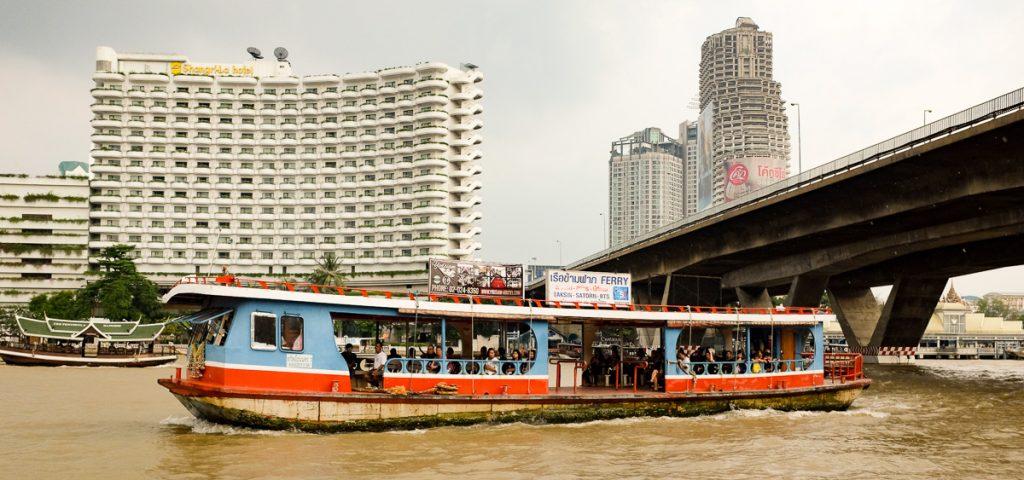 Feribot care traversează râul Chao Phraya în Bangkok