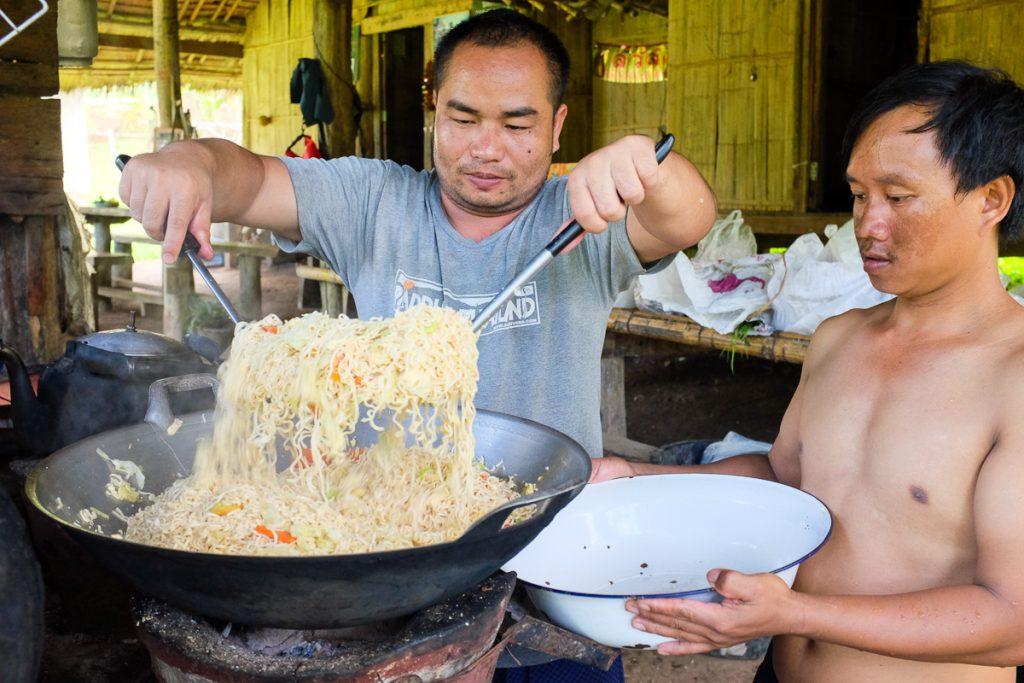 Ghizi thailandezi pregătesc Pad Thai