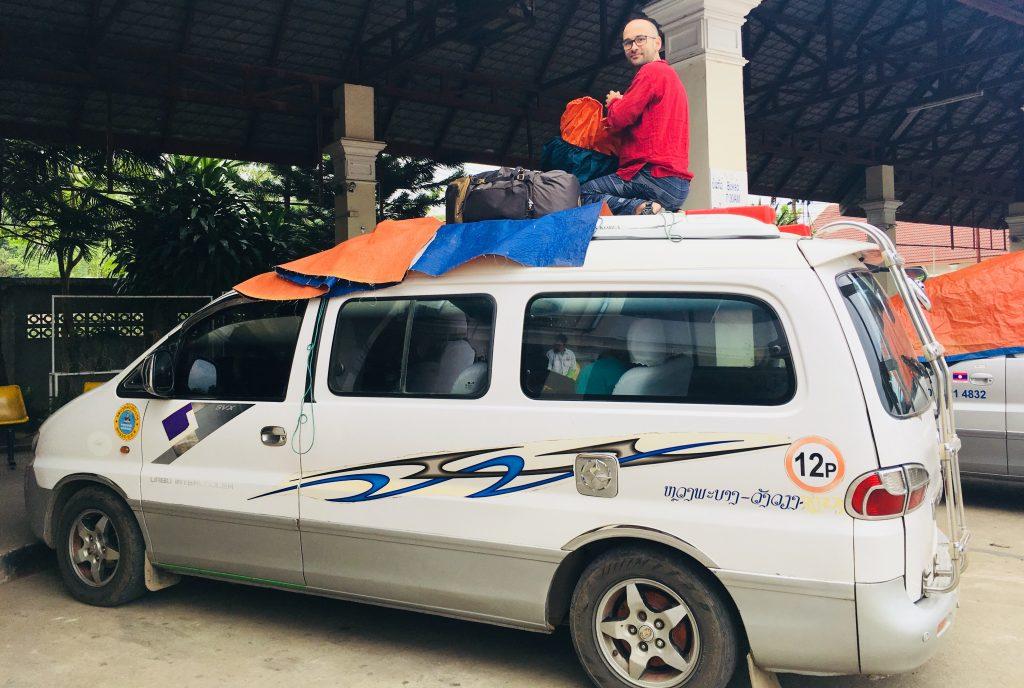 Loc pentru bagaje pe mașina spre Vang-Vieng.
